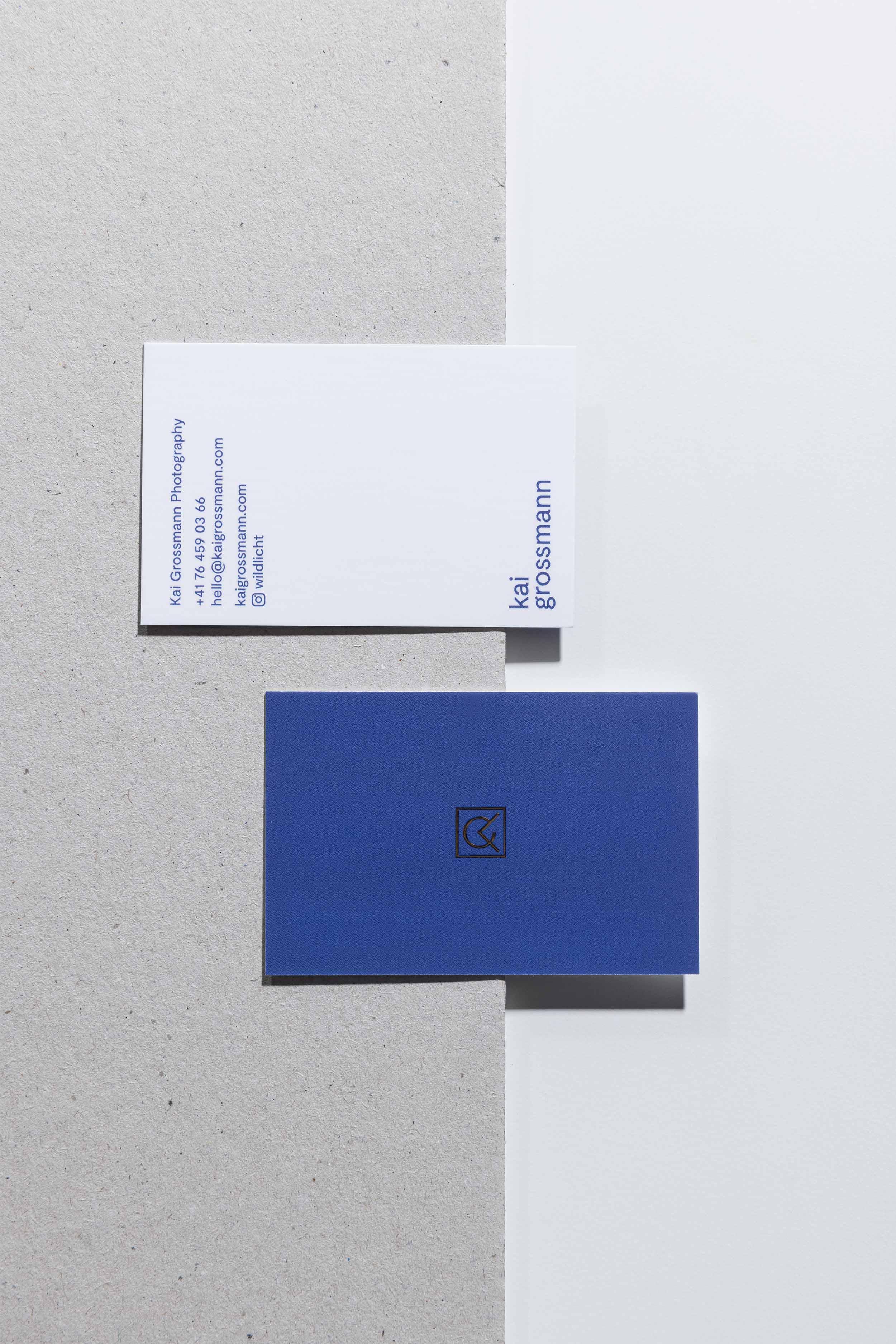 Vorder- und Rückseite der Visitenkarte mit Goldfolienprägung für Kai Grossmann Photography