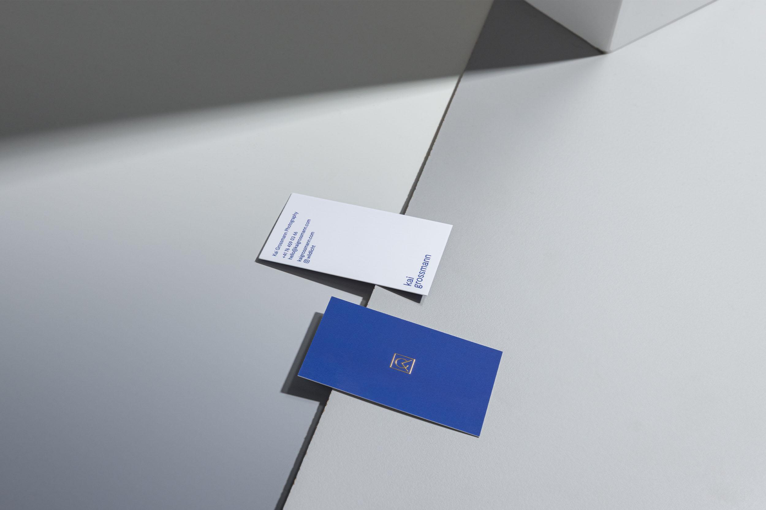 Vorder- und Rückseite der Visitenkarte mit Goldprägung für Kai Grossmann Photography