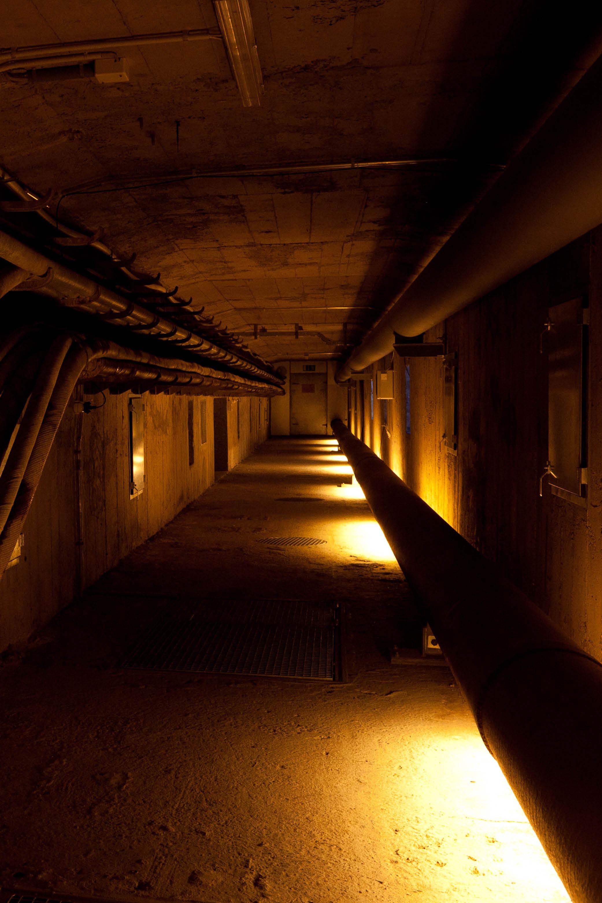 Warm beleuchteter Gang mit Rohren und Leitungen in der Lorrainebrücke