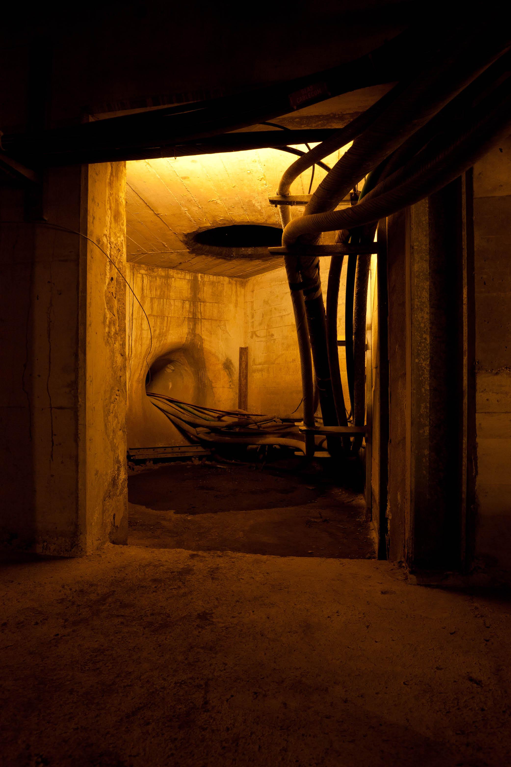 Warm beleuchteter Innenraum mit Rohren und Leitungen in der Lorrainebrücke
