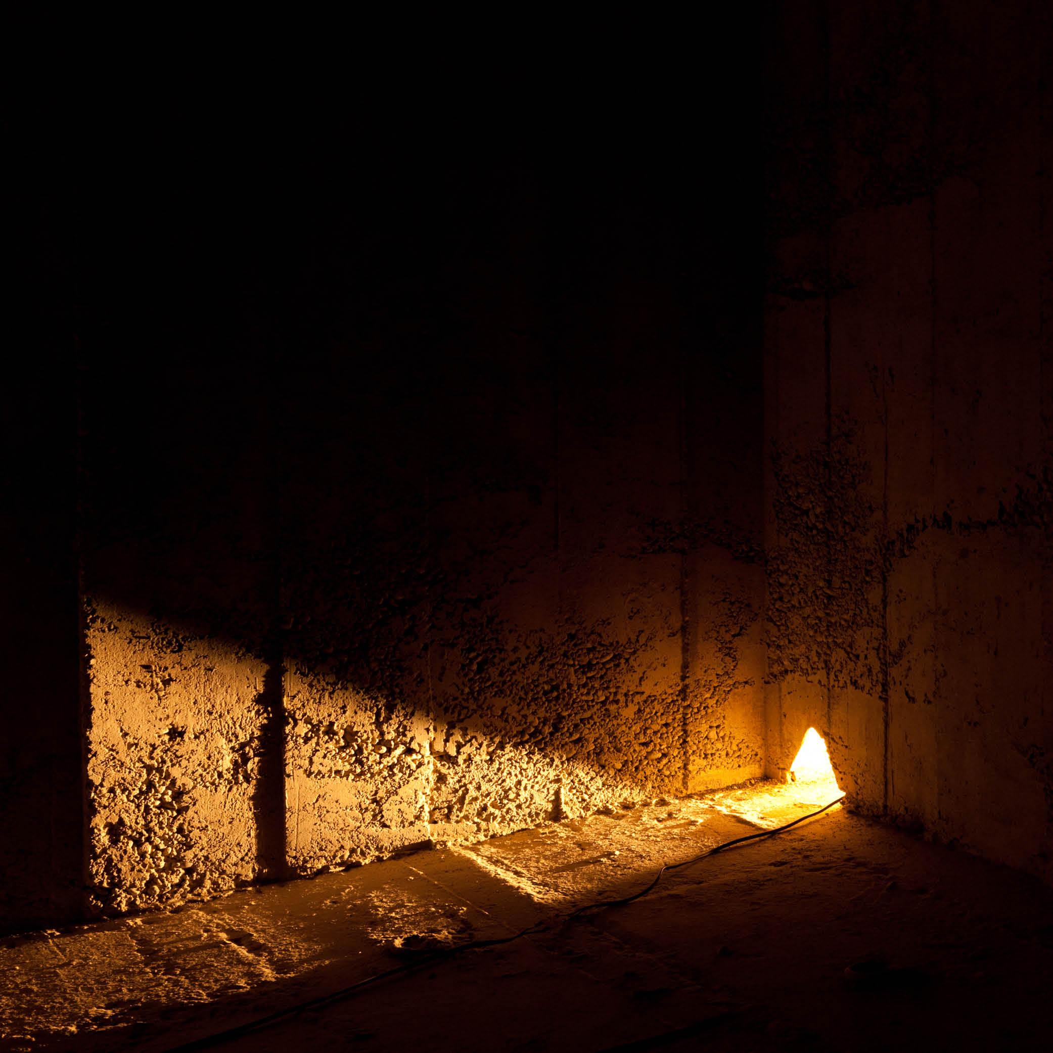 Warm beleuchtete Betonwand in der Lorrainebrücke