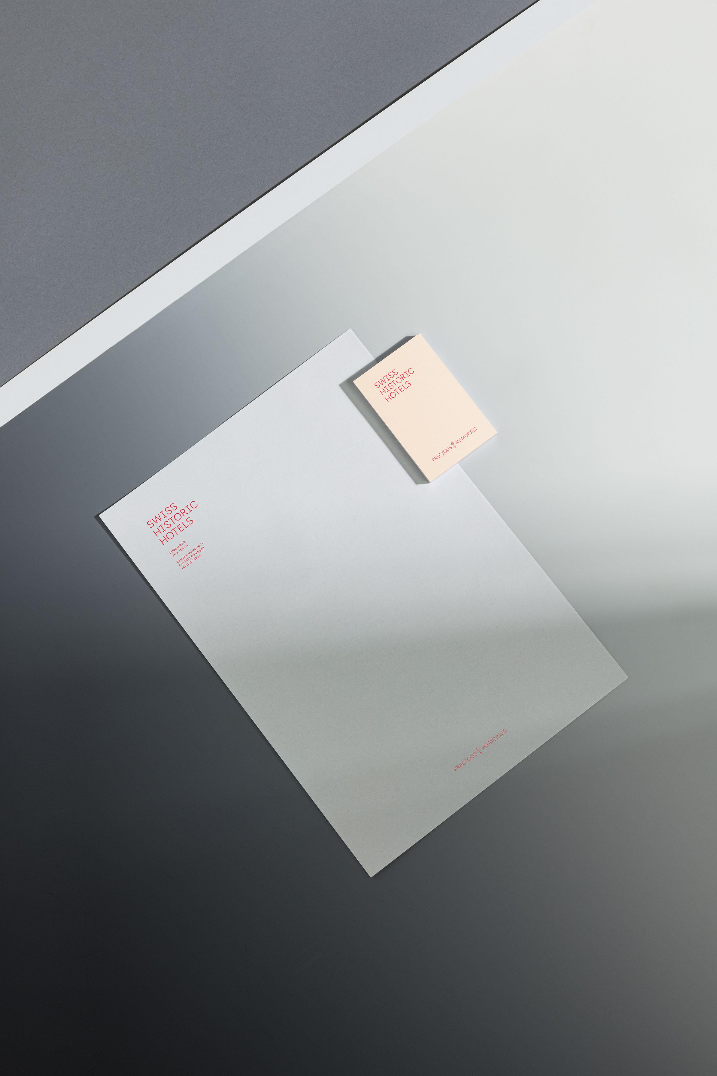 Briefpapier und Visitenkarte für Swiss Historic Hotels, liegend auf grauem Hintergrund