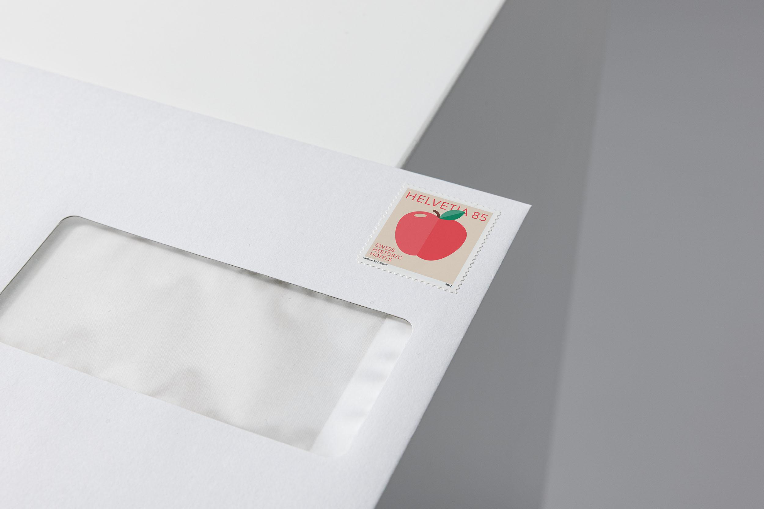 Briefmarke mit Sujet eines roten Apfels, klebend auf Kuvert C5 für Swiss Historic Hotels