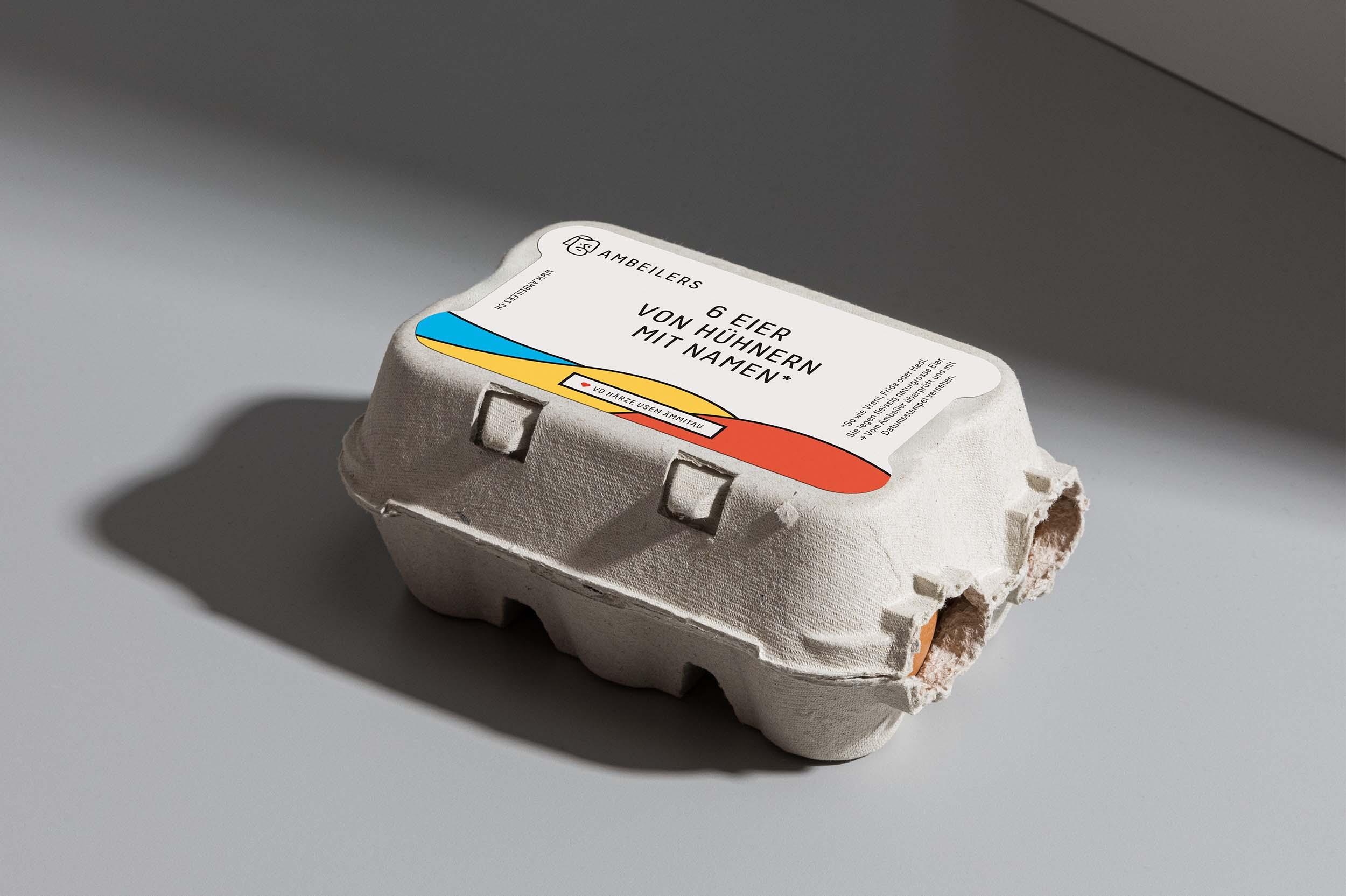 Geschlossene Eierschachtel mit Etikette für Ambeilers, auf grauem Hintergrund