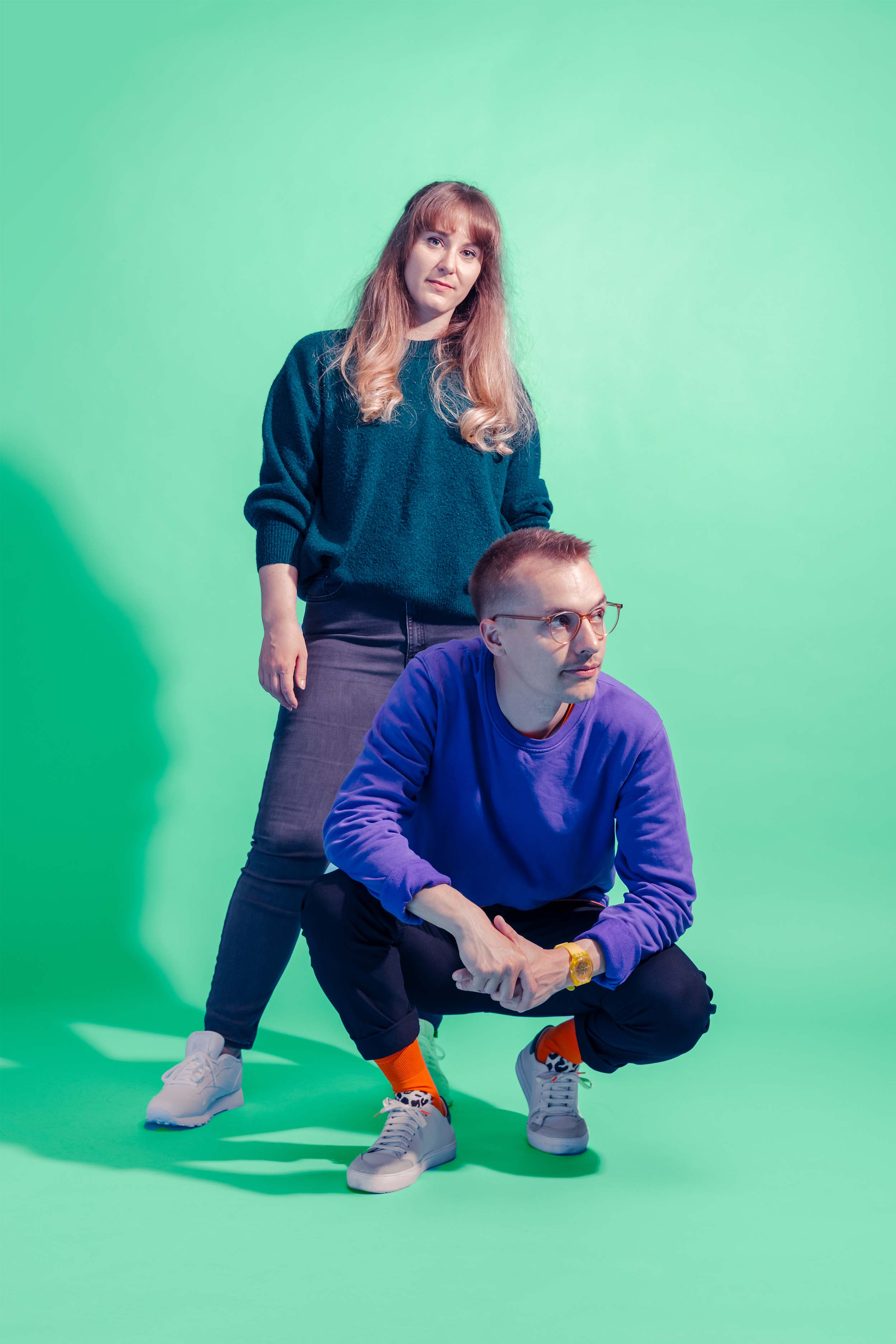 Porträt von Aline Cadonau und Simon Heger, vor grünem Hintergrund