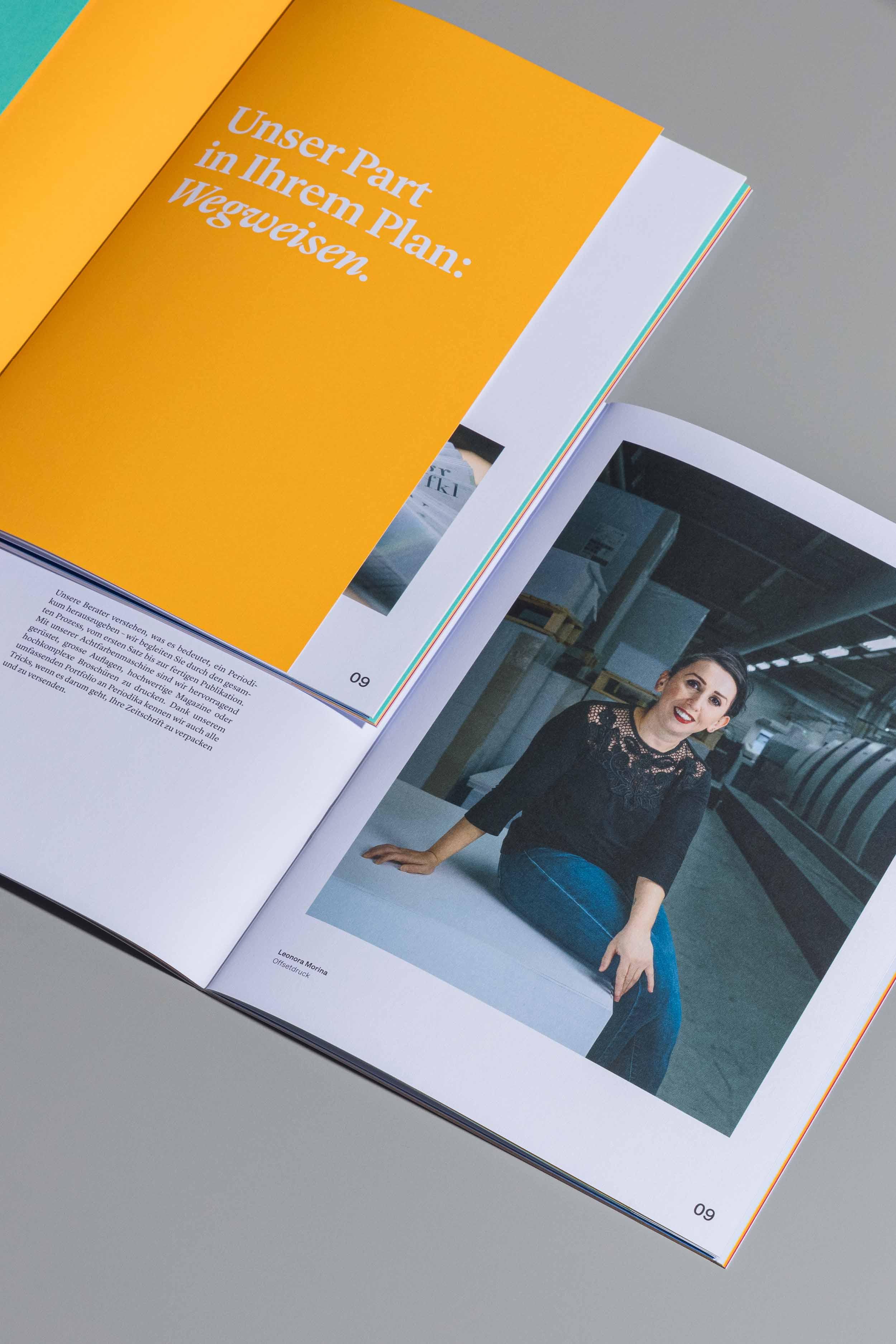 Farbig bedruckte Innenseiten der Imagebroschüre für Jordi AG, übereinander liegend auf grauem Hintergrund