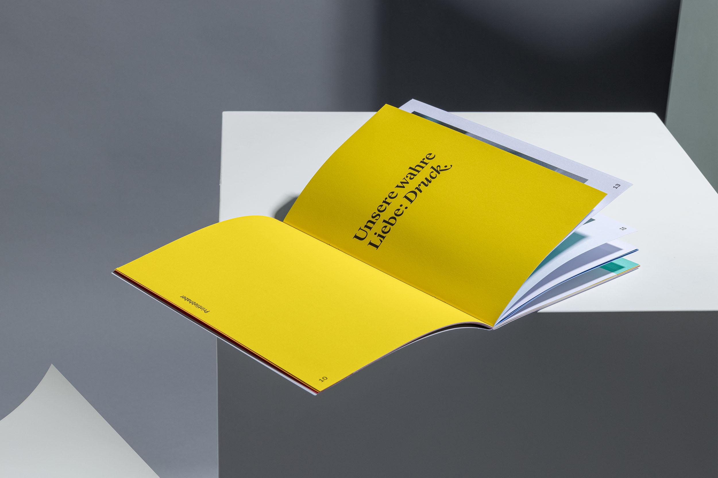Aufgefächerte Imagebroschüre für Jordi AG, liegend auf weissem Kubus
