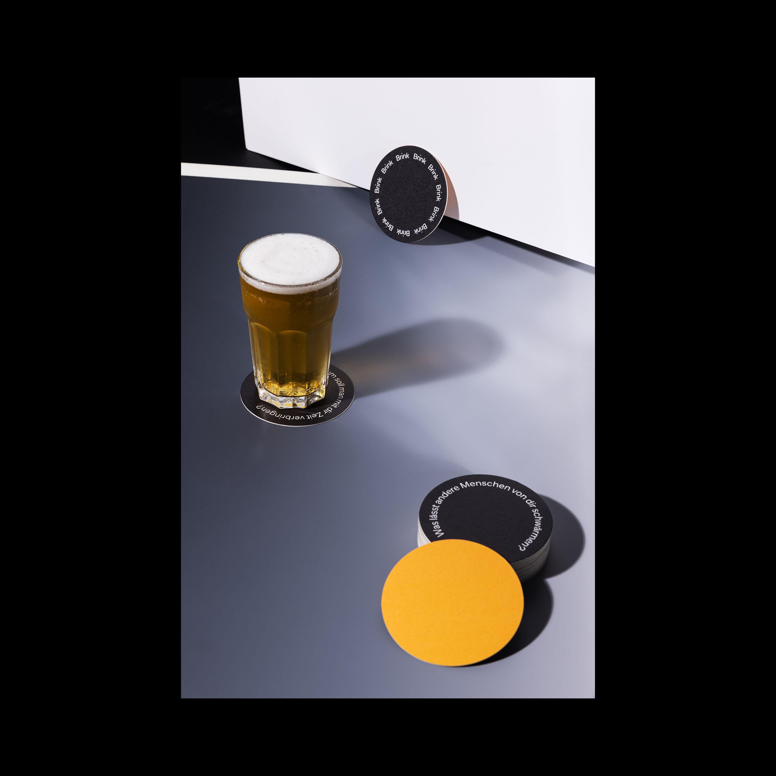 Ein frisch gezapftes Bier auf den Bierdeckel-Identitätskarten von Brink.