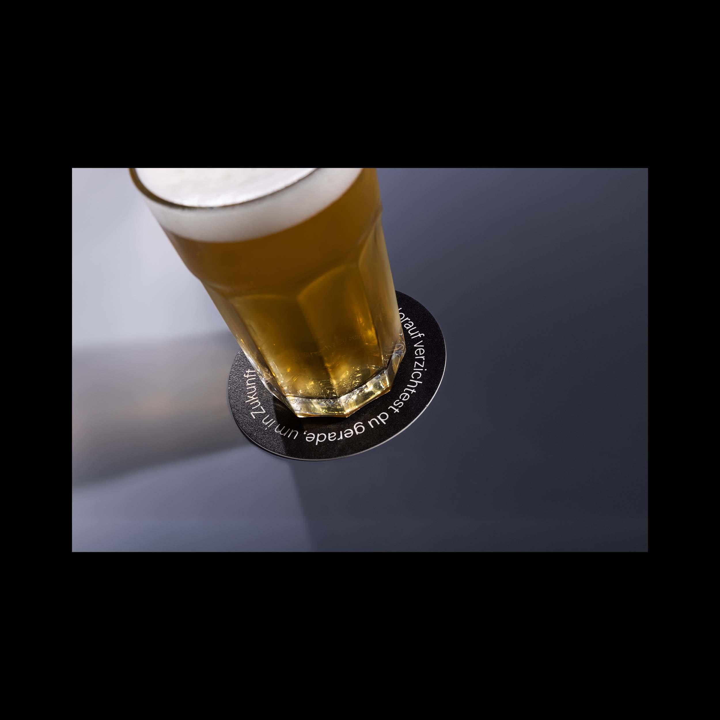 Ein frisch gezapftes Bier steht auf einer Identitäts-Fragekarte des Kartensets für Workshops von Brink.